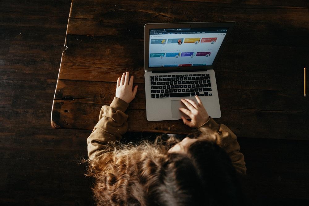 Jak zabezpieczyć komputer dziecka, które uczy się zdalnie?